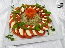 Sałata Capresse z mozarellą, pomidorami, pesto i świeżą bazylią
