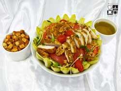 Sałata Cezar na sałacie lodowej z grillowanym kurczakiem, grzankami i sosem vinegret