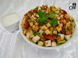 Sałata z grillowanym kurczakiem, grzankami i sosem czosnkowym