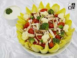 Sałata z paskami schabu, cykorią, kalafiorem i brokułami