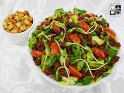 Sałata z suszonymi pomidorami i ziołowymi grzankami