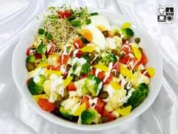 Sałatka kalafiorowo brokułowa z jajkiem i pomidorami
