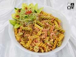 Sałatka z makaronu Tricolore z pepperoni, oliwkami i suszonymi pomidorami