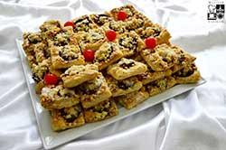Kompozycja bankietowych ciasteczek francuskich z owocami