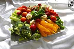 Patera świeżych chrupiących warzyw sezonowych