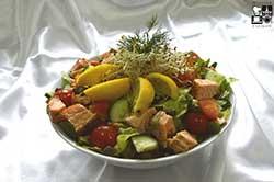 Sałata z grillowanym łososiem i warzywami