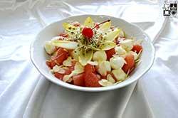 Sałata kulkami mozzarelli, różowym grejpfrutem i migdałami na jogurcie