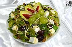Sałata z sera camembert z truskawkami (sezonowo) lub winogronami,roszponką i orzechami włoskimi