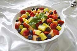 Sałatka owocowa z syropem malinowym