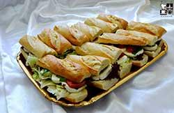 Sandwich z mozarellą i pomidorkami cherry