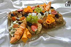 Wybór serów europejskich z suszonymi owocami i orzechami