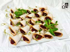 Rożki z piersi indyka z marynowaną śliwką Węgierką